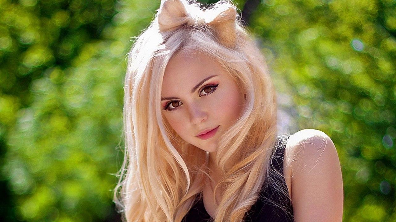 блондинка с красивыми глазами берет и даёт