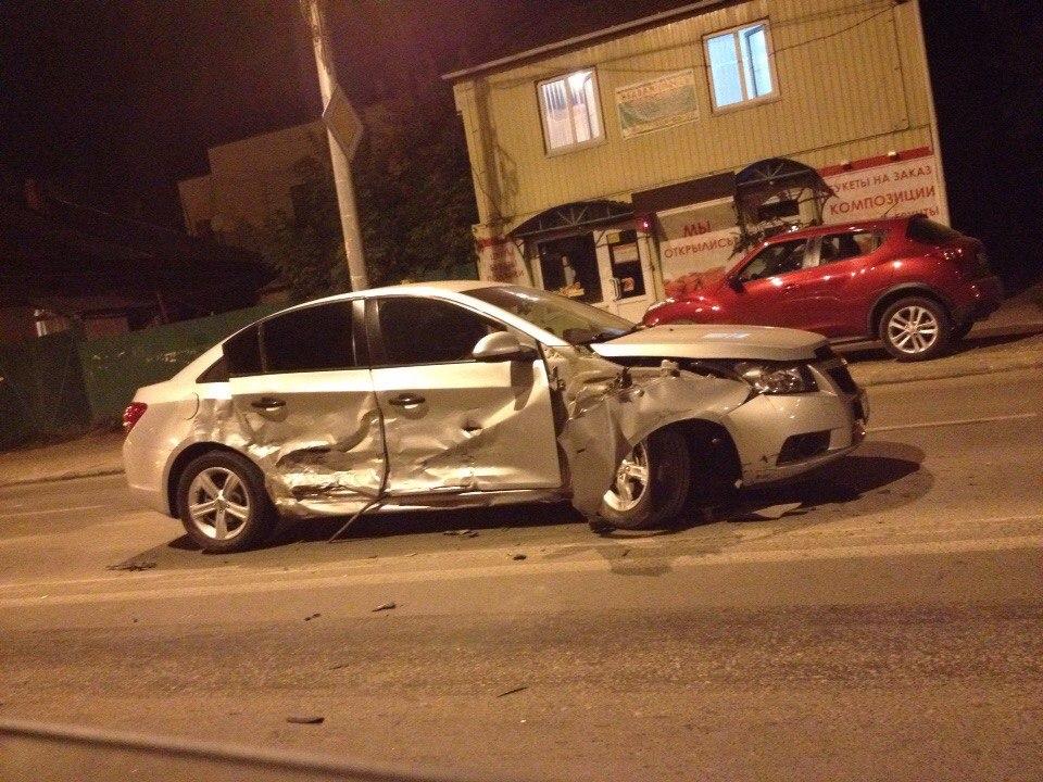В центре Саратова столкнулись два Chevrolet