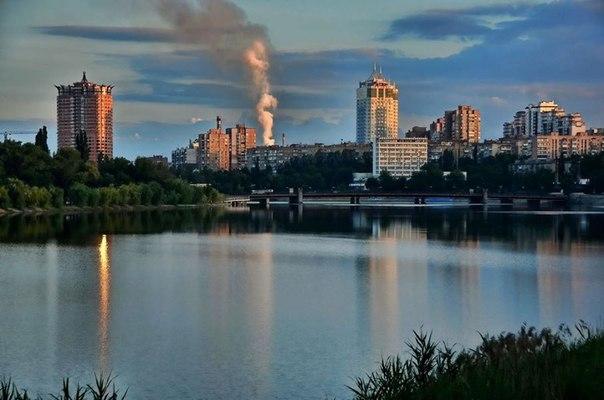 Фото с моста на Шевченко и дым от разорвавшегося снаряда