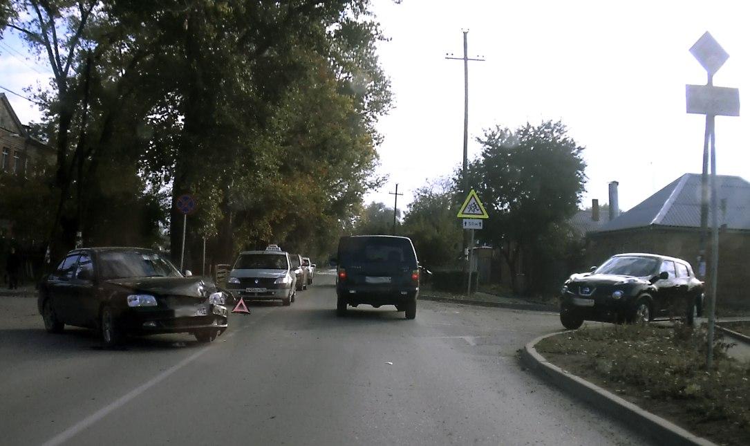 Сегодня утром в Таганроге рядом со школой №5 столкнулись Hyundai Accent и Nissan Juke