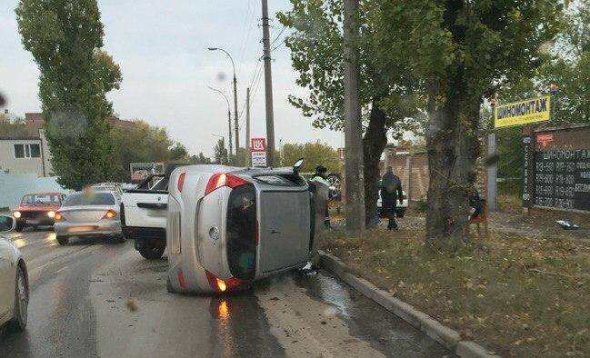 ДТП в Таганроге: на улице Строительной в результате столкновения перевернулся Hyundai. ВИДЕО