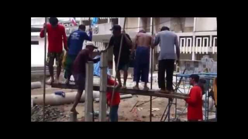 Тайландские рабочие забивают сваи