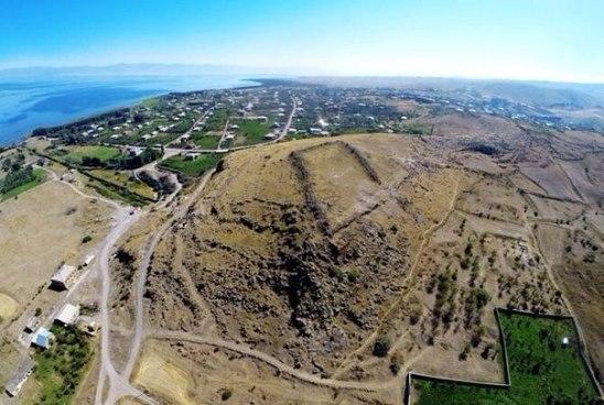 Ученые исследуют одну из крупнейших урартских крепостей около бассейна озера Севан