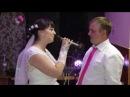 Невеста поет красивую песню жениху.