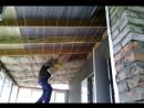 Показан способ укладки утеплителя под потолок без сторонней помощи(укладка мінерального утеплювача під стелю)