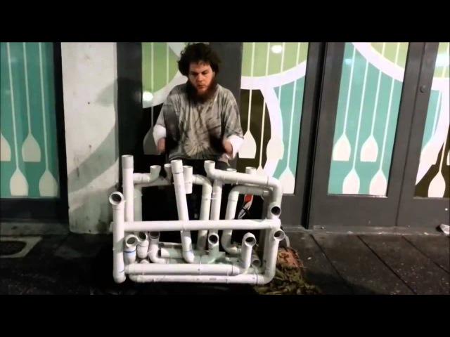 Уличный музыкант играет на водопроводных трубах ekbxysq vepsrfyn buhftn yf djljghjdjlys[ nhe,f[
