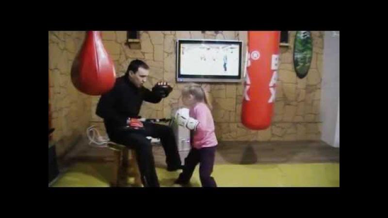 Девочка боксёр 5 лет, работа на лапах \ Тренировка семьи Саадвакасс