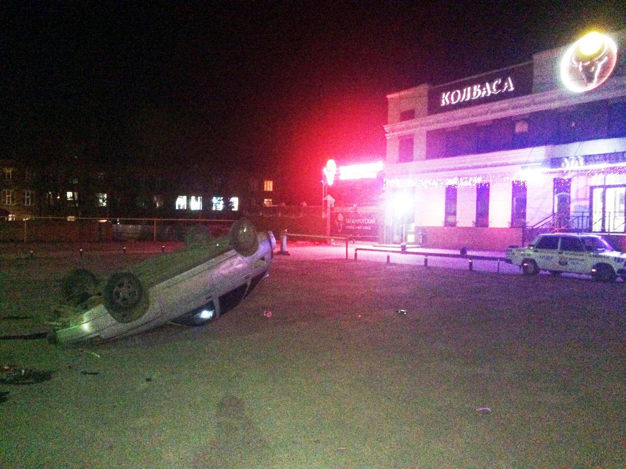 В Таганроге на Социалке перевернулся «ВАЗ-2112», есть пострадавшая