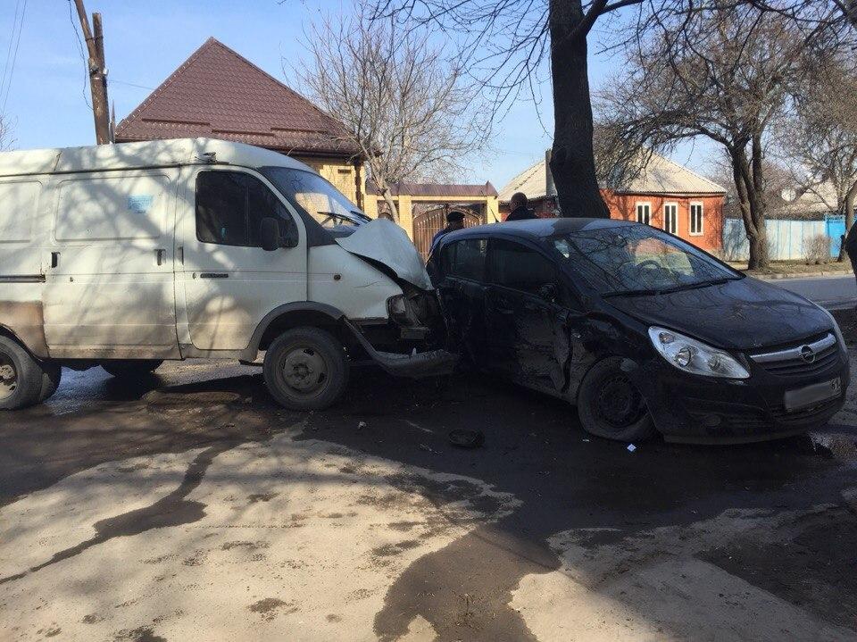 В Таганроге произошло серьезное ДТП: грузовая «Газель» протаранила легковой Opel