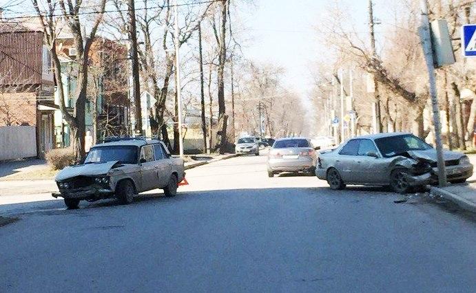 8 марта в Таганроге на улице Чехова «шестерка» столкнулась с «Хондой»
