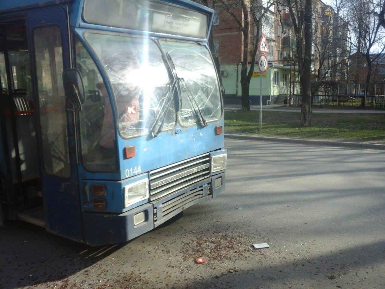 В Таганроге троллейбус №1 «догнал» 31-ый автобус
