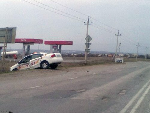 Под Таганрогом таксист на Volkswagen Polo «получил» в бок и вылетел в кювет