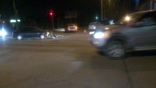 В центре Таганрога Opel врезался в столб после столкновения с Hyundai Accent, есть пострадавшие