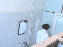 прокрался в женский туалет и снимает барышень из соседней кабинки пока