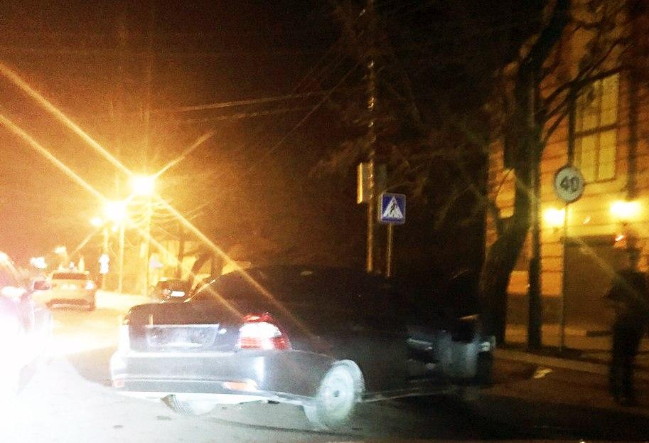 В центре Таганрога Lada Priora на большой скорости врезалась в дерево, три человека пострадали