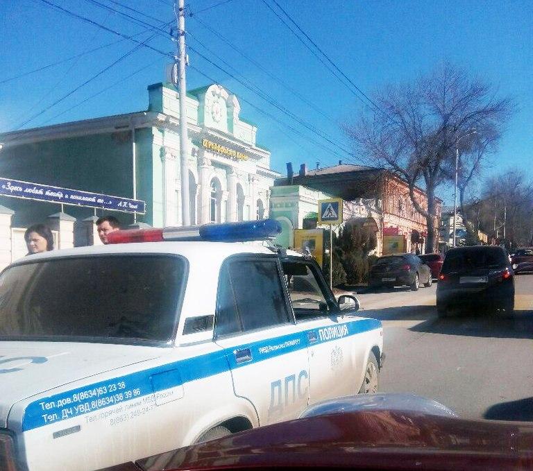 Несколько минут назад в Таганроге перед Белым Домом автоледи на «Матизе» сбила пешехода на зебре