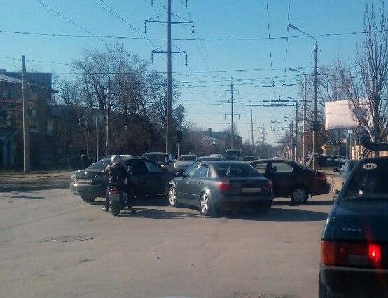 В центре Таганрога из-за неработающего светофора «встретились» две иномарки