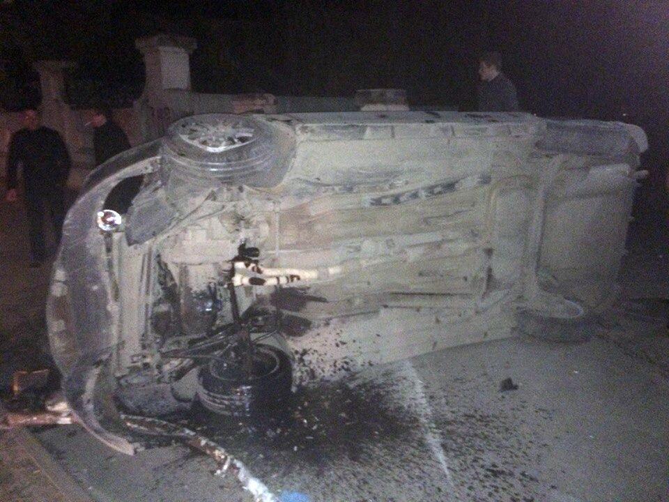 В Таганроге на греческой произошло серьезное ДТП: на большой скорости перевернулась LADA Priora Coupe