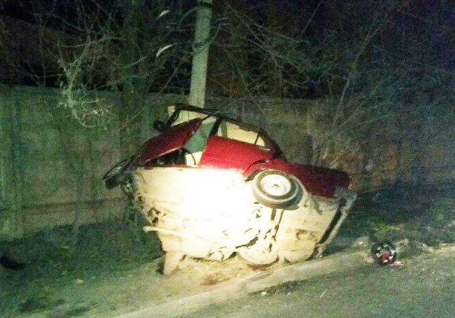 «Классику» разорвало на две части об столб, погиб 19-летний водитель