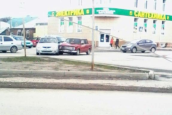 В Таганроге на пересечении Ломоносова/2-я Советская столкнулись Hyundai Accent и «ВАЗ-2101»