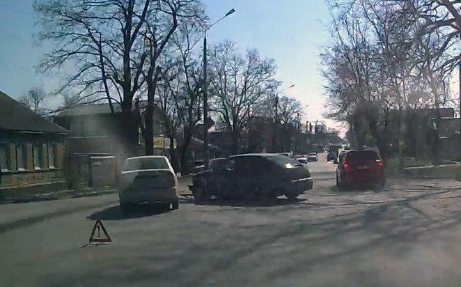 Сегодня в Таганроге «ВАЗ-2112» столкнулся с Hyundai Accent