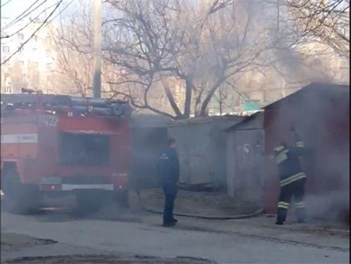 Несколько минут назад в Таганроге на Русском поле загорелись сразу два гаража. ВИДЕО