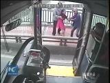Водитель автобуса в г. Нанкин (Китай) спасает девушку от самоубийства