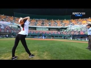 Бейсбол Девушка подает