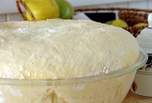 """Тесто """"Как пух"""" Ингредиенты: 1 стакан - кефира, 0.5 стакана - растительного масла, 1 пакетик (11 граммов) сухих дрожжей, 1 ч.- ложка соли, 1 ст. ложка - сахара, 3 стакана- муки Кефир смешать с маслом и немного подогреть, добавить соль и сахар,муку просеять и смешать с дрожжами, влить постепенно кефирную смесь и замесить тесто, накрыть и поставить в тепло на 30 минут. Пока тесто будет подходить, можно приготовить начинку. Противень застелить промасленной бумагой, сформовать пирожки,…"""