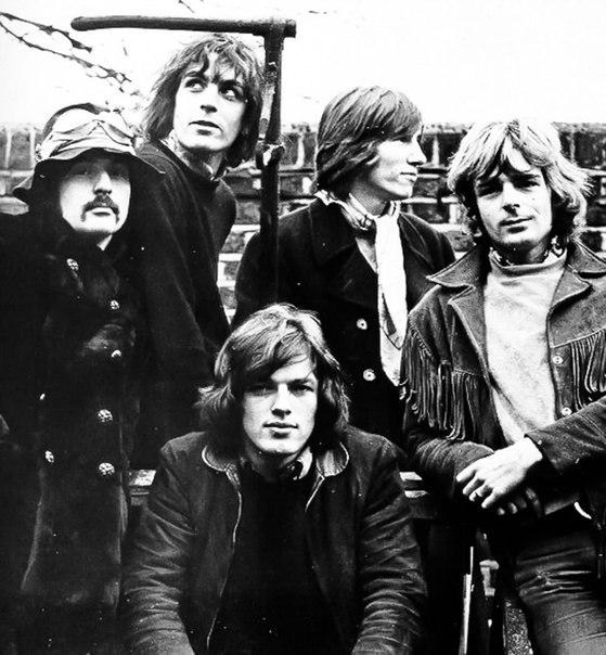 """Pink Floyd - Delicate Sound of Thunder (Side 1,2) Представляем вашему вниманию ещё одних """"Ветеранов Рока"""" """"Настоящий альбом представляет собой собрание """"лучших вещей"""" группы """"Pink Floyd"""" 70-х годов и примерно половину программы """"Мгновенное помутнение рассудка"""". По-разному встреченный критикой и публикой, он всё же дает достаточно полное представление о творческом пути одной из самых влиятельных рок-групп в истории современной популярной музыки."""" - Д.Ухов 1988 ( #PinkFloyd #DelicateSoundOfThunder #ВетераныРока #LP)"""