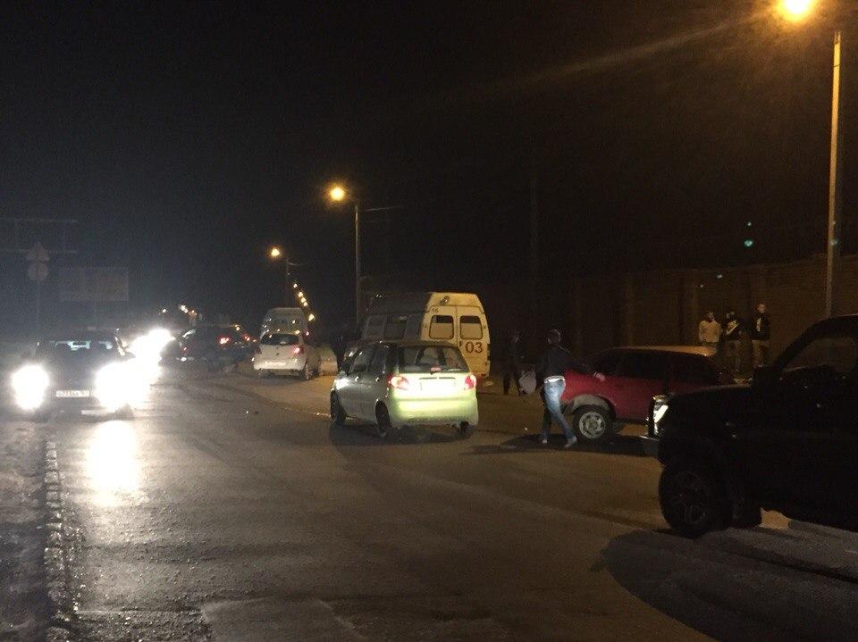 В Таганроге пьяные на «Москвиче» спровоцировали серьезное ДТП на Москатова. Видео аварии.