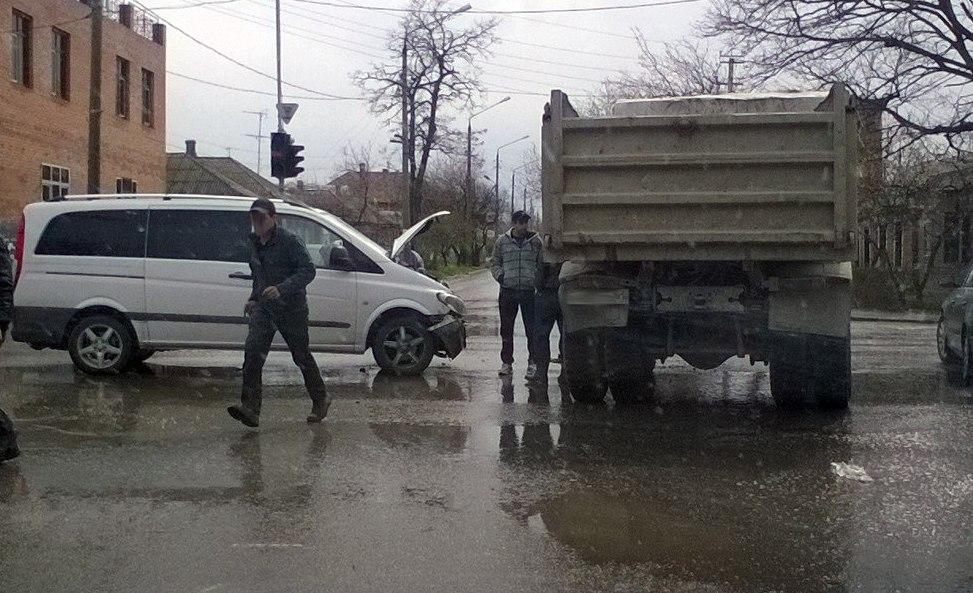 В Таганроге микроавтобус с украинскими номерами врезался в «МАЗ»
