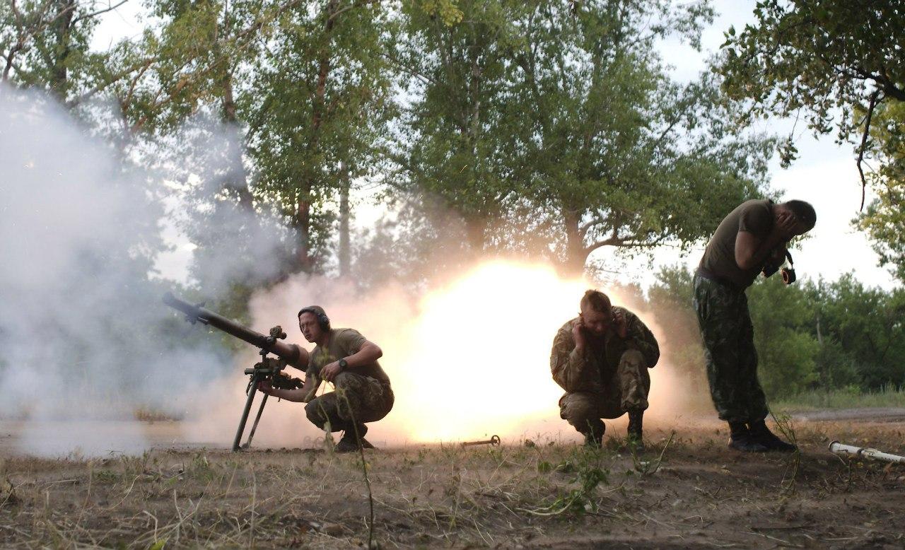 Бойцы украинских вооруженных сил ведут огонь по позициям сепаратистов под Авдеевкой