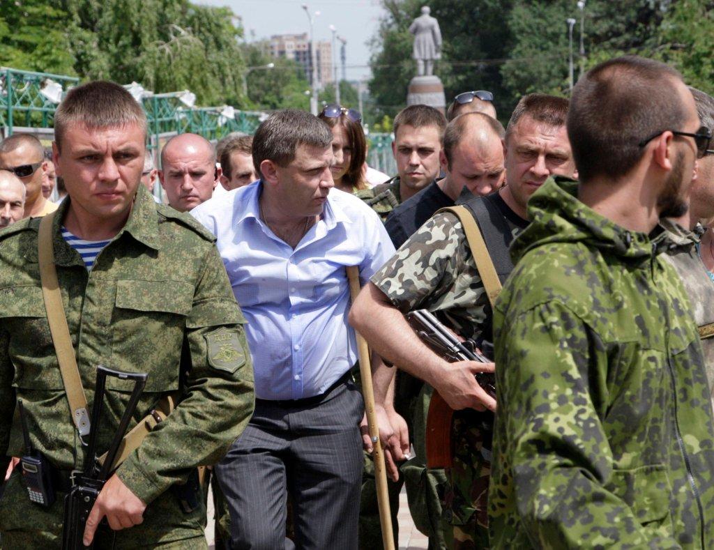 Глава ДНР Александр Захарченко спешит на встречу с митингующими дончанами
