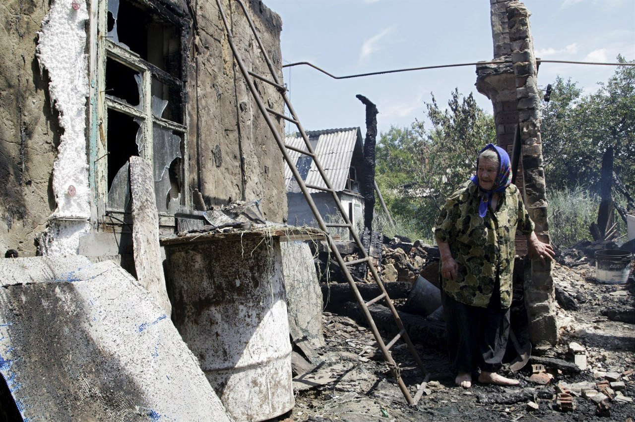 Дончанка на развалинах своего дома