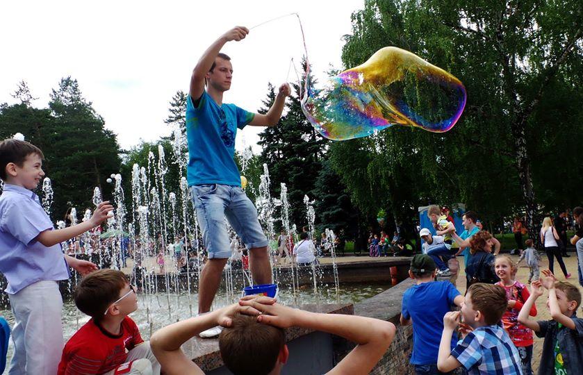 Традиционные мыльные пузыри в парке имени Щербакова