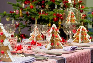 Меню новогоднего стола 2015: самые вкусные рецепты Меню новогоднего стола у большинства – к сожалению или к счастью – почти всегда традиционно: ключевое место на праздничном столе занимает жареная курица, а в качестве дополнительных блюд почти обязательно фигурируют «Оливье» и селедка под шубой. Но наступающий 2015 год – отличный момент для того, чтобы чуточку разнообразить праздничное меню и, с помощью нехитрых экспериментов, порадовать своих домашних новыми, оригинальными блюдами.