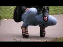 Описалась в синих джинсах {на улице}