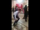 Парень хорошо танцует