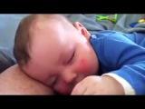 Малыш смеется во сне! Смешные дети!
