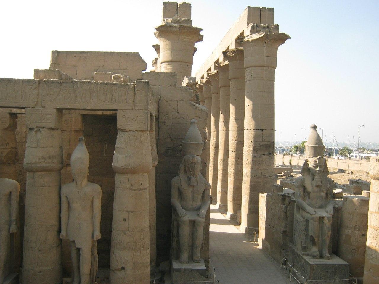 Вид сверху на храм Луксор с той мечети и гробницы (что в этом же храме и находятся)