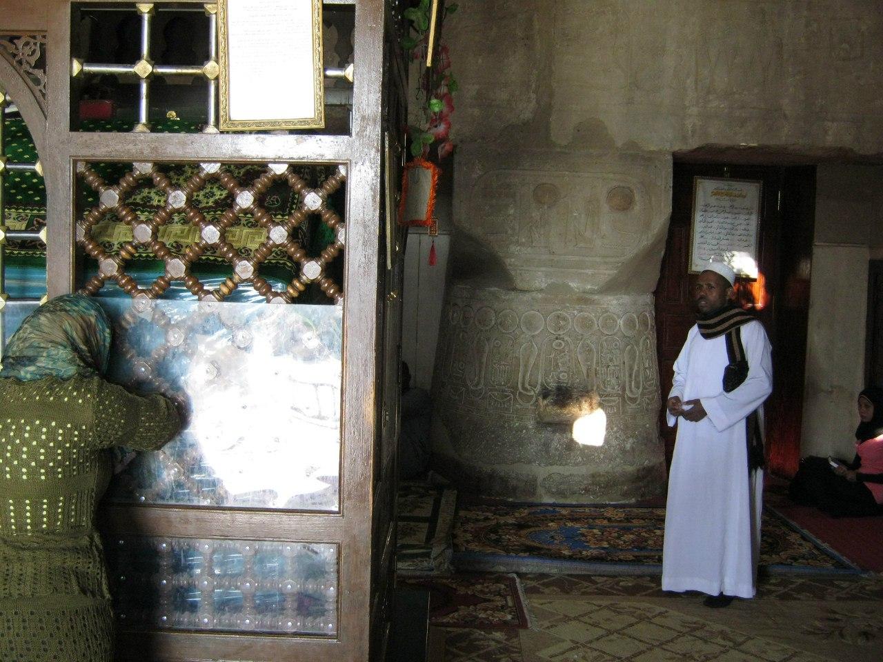 Мусульманская гробница и мечеть в древнеегипетском храме Луксор