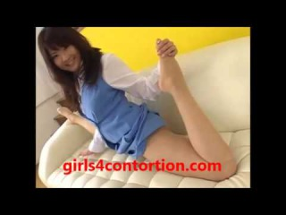 flexible young asian girl stretchin on sofa - www.girls4contortion.com