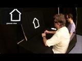 Слепой мужчина анализирует с помощью камеры сенсорного замещения нарисованные фигуры