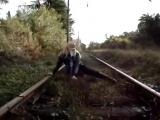 Девушка испугалась поезда