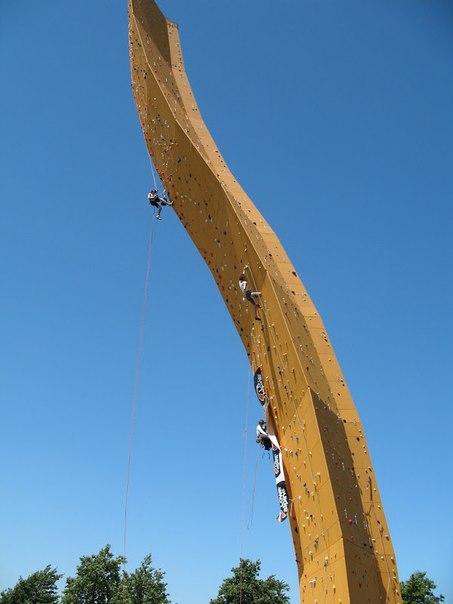 меч короля артура - самая высокая стена для альпинистов меч короля артура — самая высокая стена для любителей полазить по скалам, она находится среди зеленых равнин гронингена в нидерландахэта