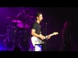 Выступление Ника 20 апреля в 'Лютер Колледж Бейсболл Филд' с кавером на сингл 'SOS'