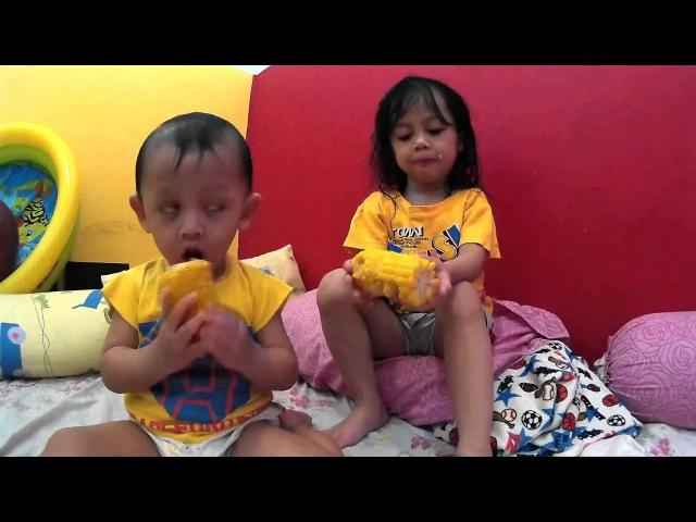 Baby Kids Activities Makan Jagung Bersama Aretha Altan