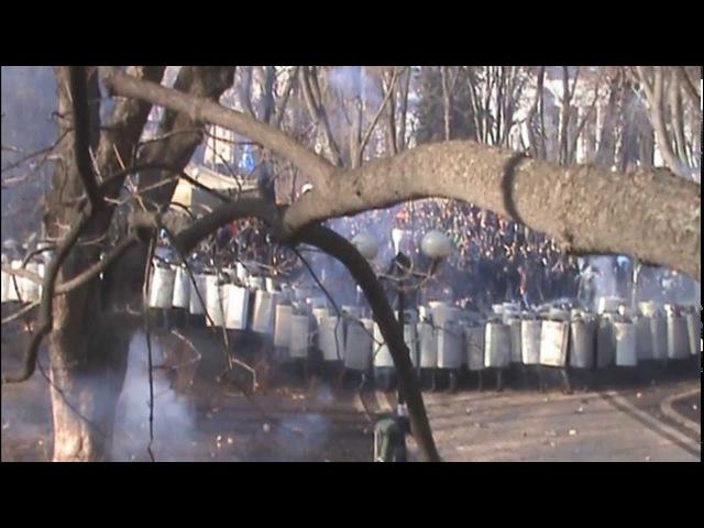 Бої у Маріїнському парку (Київ) 18.02.2014 (покращене відео)