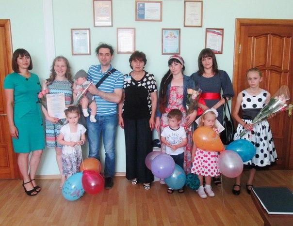 В Зеленчукском управлении Пенсионного фонда прошло вручение сертификатов, подарков и цветов